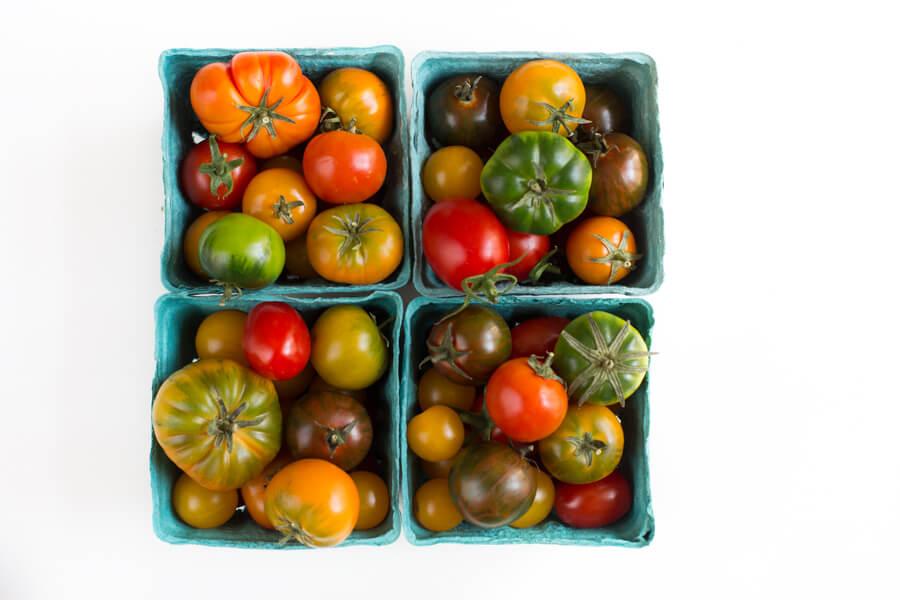 Heirloom Tomaten in Pappschale
