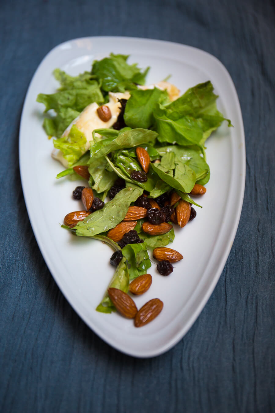 Green salad with almonds