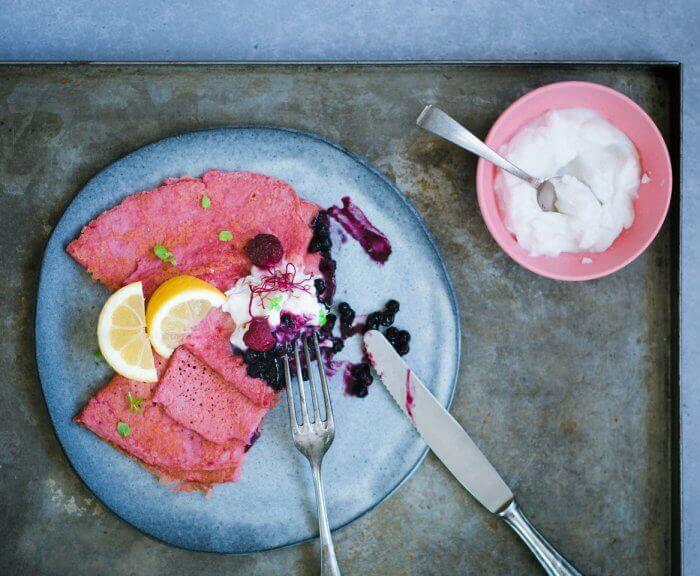 Pinker Pfannkuchen auf Blech