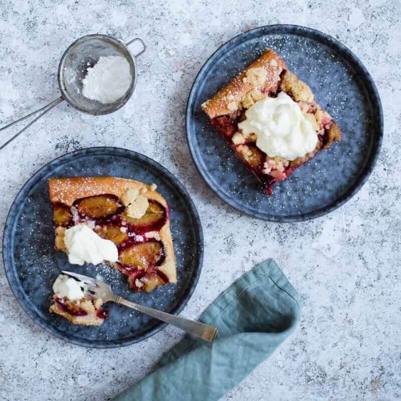Pflaumenkuchen auf Teller mit Sahne