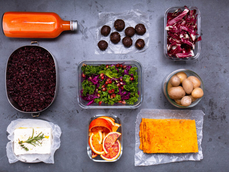 Meal Prep Zutaten in verschiedenen Schüsseln