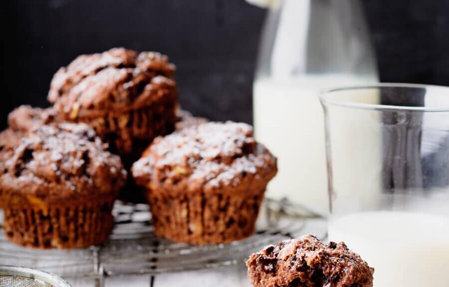 Schokoladen-Muffin, auf Gitter mit Milchflasche