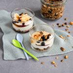 2 Dessertgläser mit Granola und Joghurt
