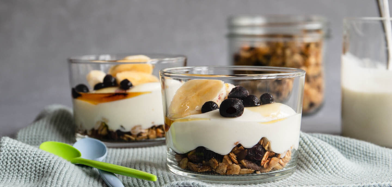 Knuspermüsli mit Joghurt und Banane im Glas