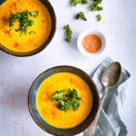 2 Schüsseln mit Gemüsesuppe aus Ofengemüse