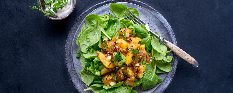 Geröstete Kartoffeln auf Spinatsalat