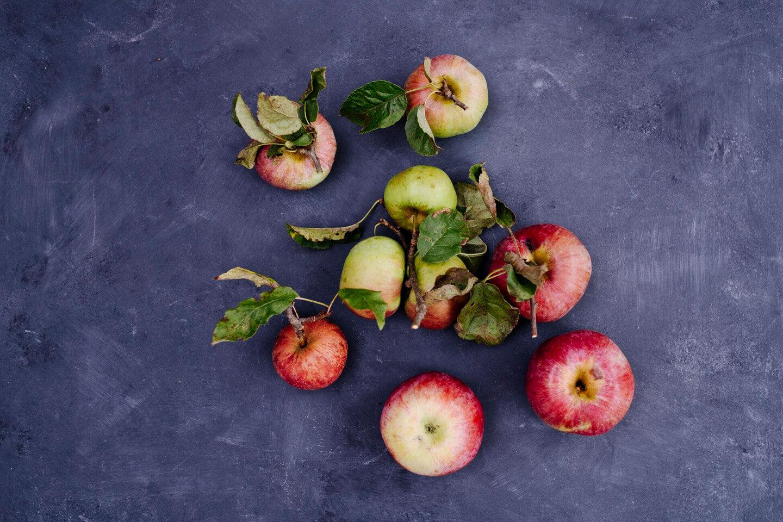 Äpfel auf dunklem Untergrund