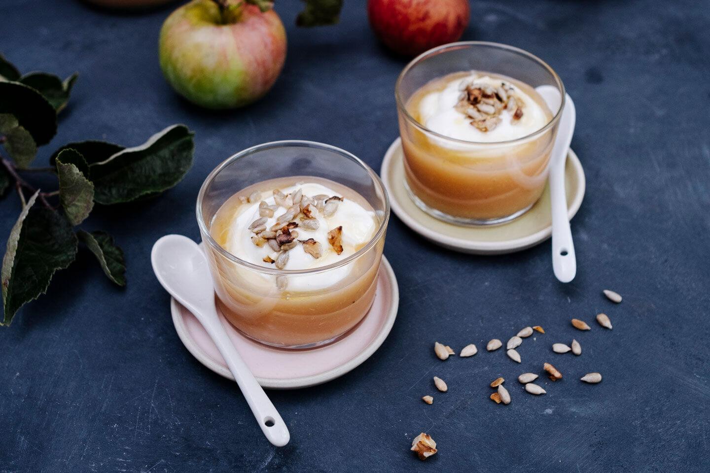 Apfelmus mit Joghurt in kleinen Glasschälchen
