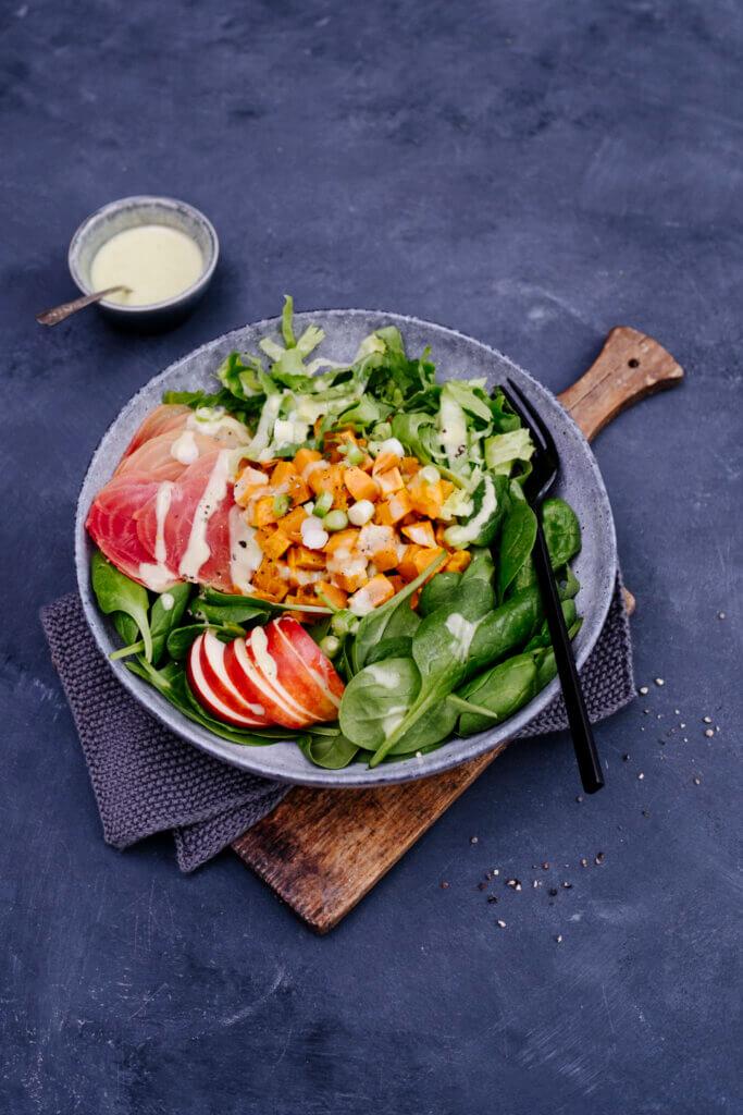 Teller auf Bietet mit herbstlichen Salat