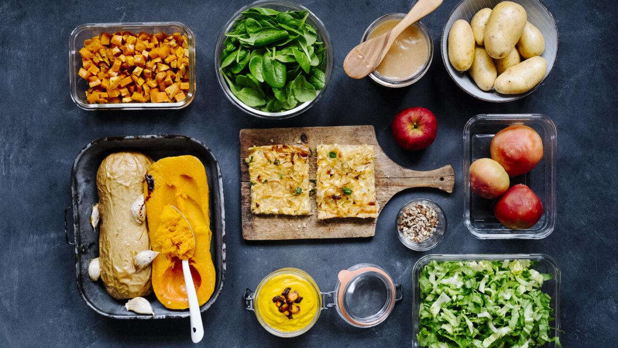 Meal Prep Zutaten in verschiedenen Behältern