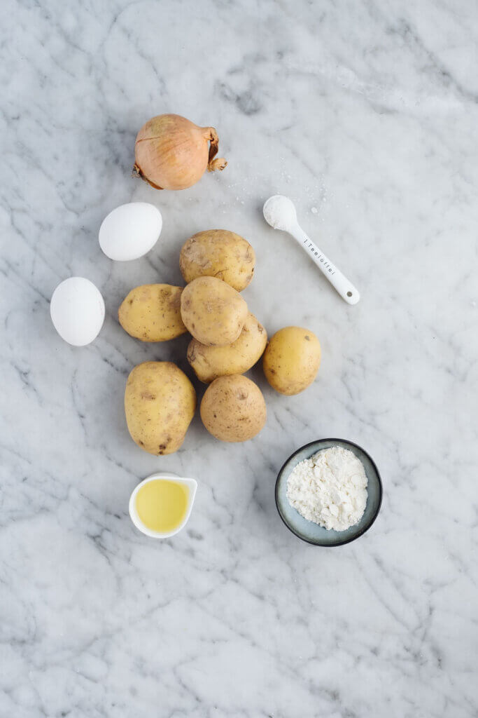 Kartoffel, Eier., Mehl, Salz auf Marmorplatte