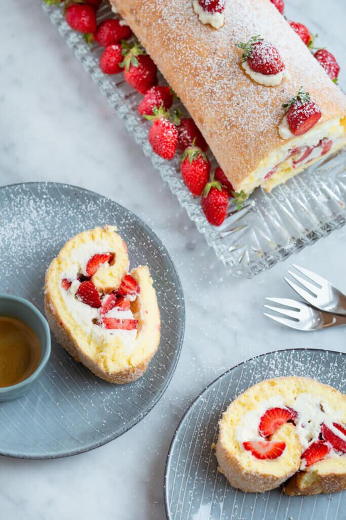 Biskuitrolle mit Sahne und Erdbeeren aufgeschnitten