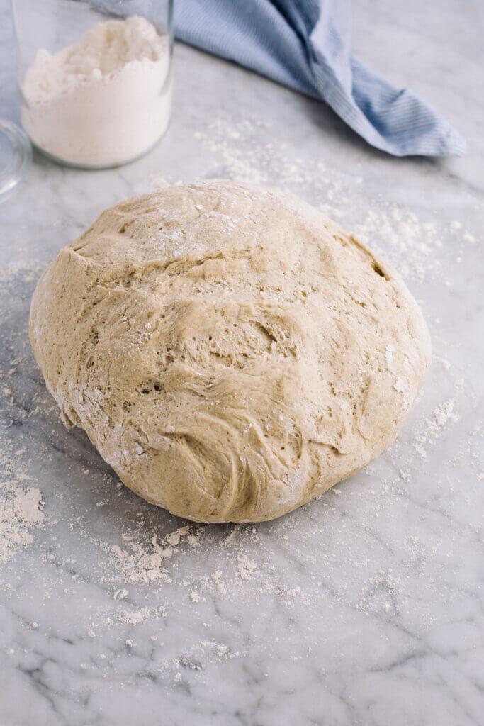 Kartoffelbrot Teig auf Marmorplatte