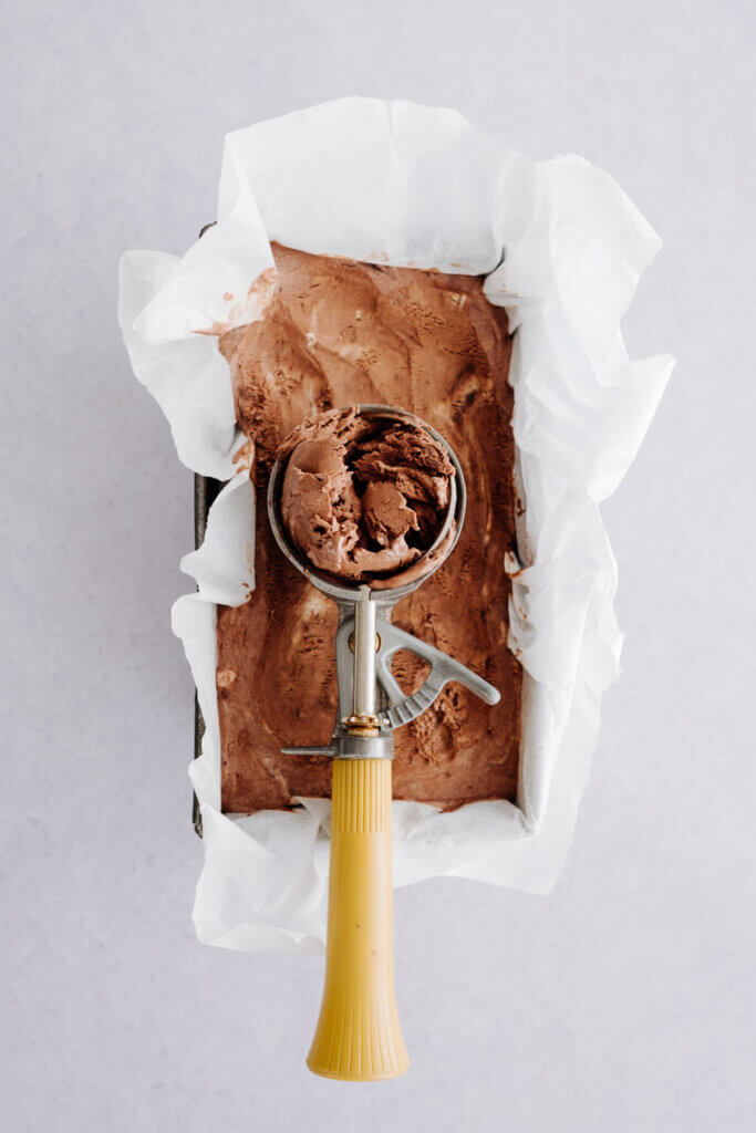 Schokoladeneis mit Eiskugelformer