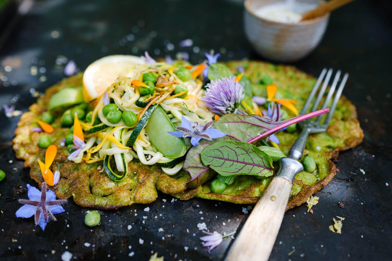 Grüner Pfannkuchen auf Blech mit Gabel