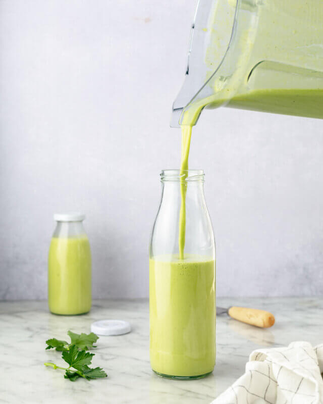 Salat-Dressing wird in Flasche abgefüllt